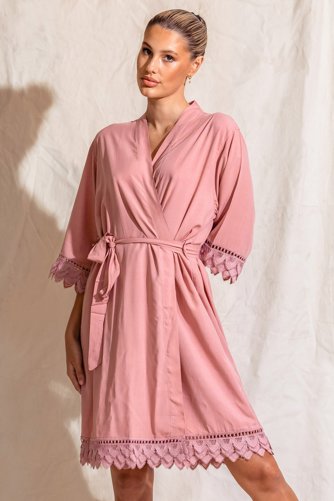 Áva Coral Pink Matte Feather Lace Bridesmaid Robe