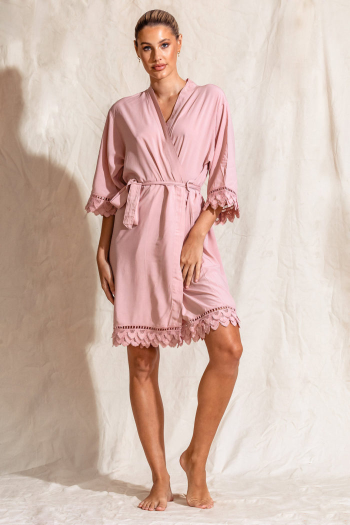 Áva Blush Pink Matte Feather Lace Bridesmaid Robe